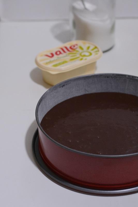 versare il composto in uno stampo a cerniera da 24cm imburrato ed infarinato. Infornare per<br /> circa 40min a 180° in forno statico. Dopo a cottura, lasciarla raffreddare su una gretella per dolci