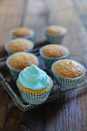Fate raffreddare i dolcini su una griglia e solo quando saranno ben freddi decorateli con il frosting azzurro. Servite subito.