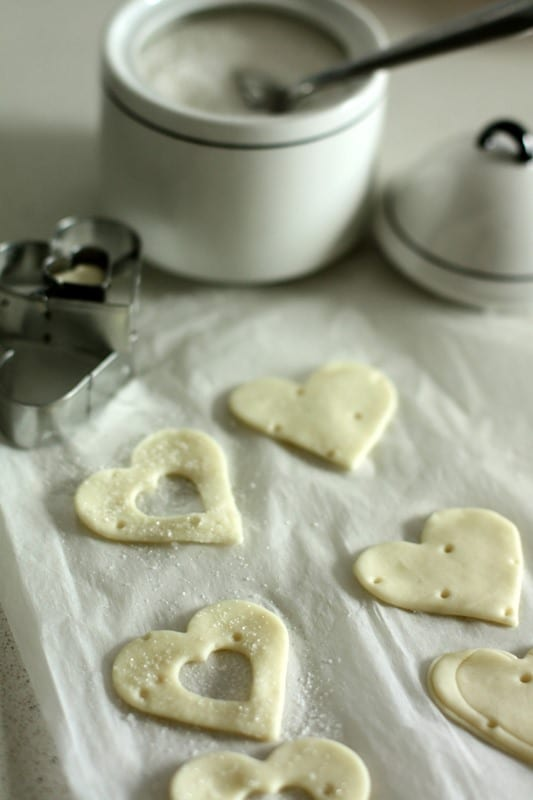 Tagliare a metà ogni pezzo e farcire con la crema pasticcera e frutta fresca.