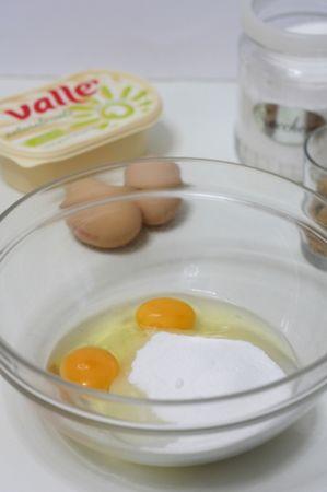 Lavorare lo zucchero con le uova