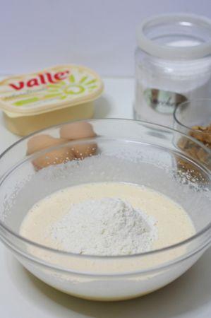 Aggiungere al composto la farina setacciata