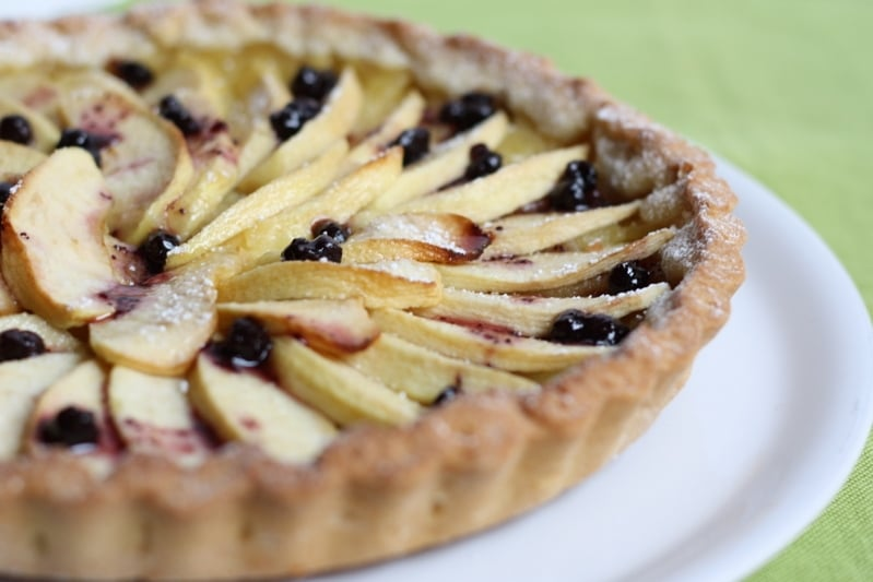 Crostata di mele con mirtilli