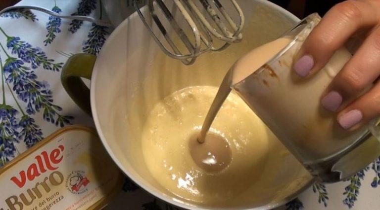 Aggiungere allo yogurt il caffè solubile, mescolare bene e amalgamarne metà con la crema di uovo.