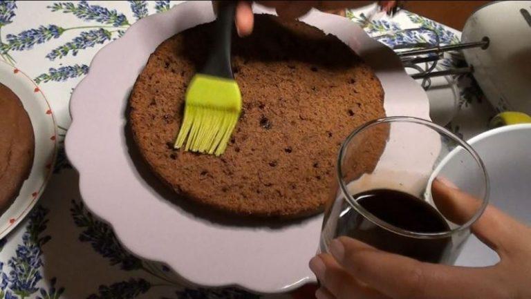 Tagliare la torta in due dischi uguali e bagnare la base con il caffè freddo zuccherato.