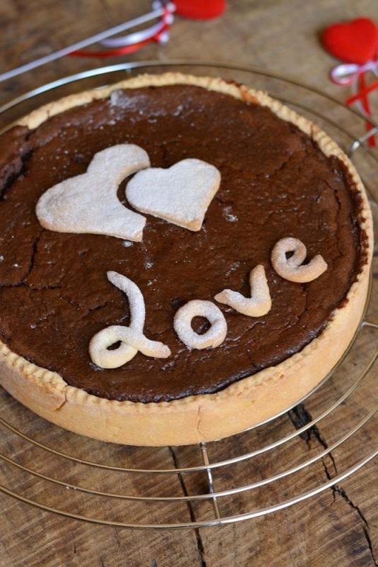 decorare la cheesecake con delle scritte di frolla. Servire con zucchero a velo