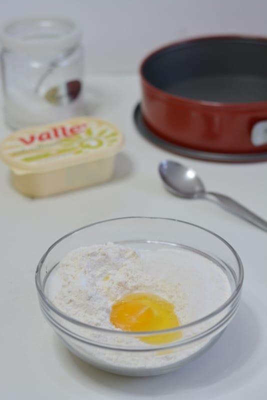 preparare la frolla aggiungendo un uovo a farina, zucchero e vallè