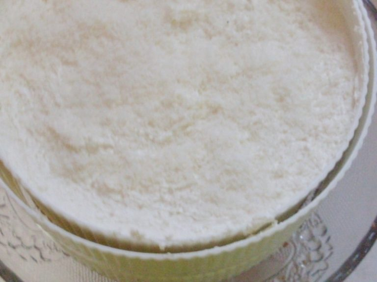 Versare la farcitura sulla base biscotto e mettere in frigo a riposare.