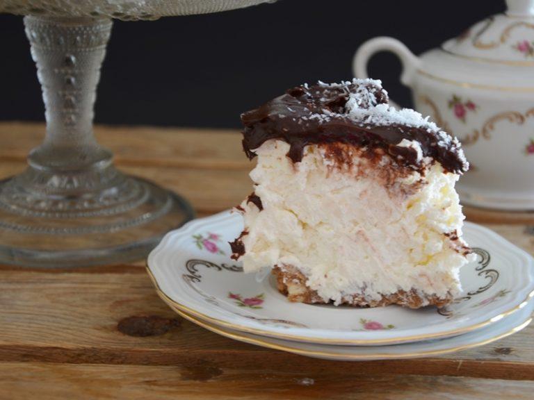 Preparare la copertura: tritare il cioccolato, sciogliere al microonde insieme alla panna e una volta raffreddata versare sulla cheesecake dopo aver tolto il cerchio apribile
