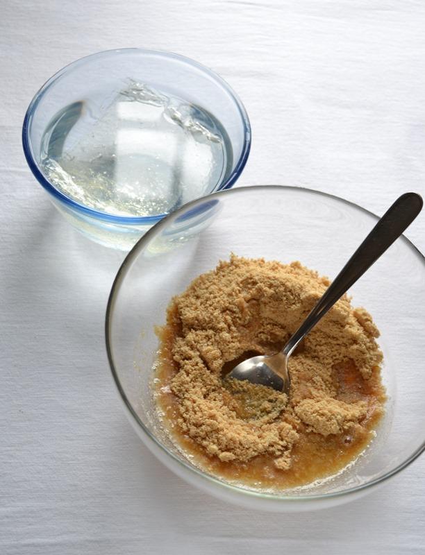 Immergete i fogli di gelatina in acqua fredda; mettete da parte. Per preparare la base, fate sciogliere la Vallé +Burro a bagnomaria o nel microonde, tritate i biscotti nel mixer e mescolate con la Vallé sciolta.