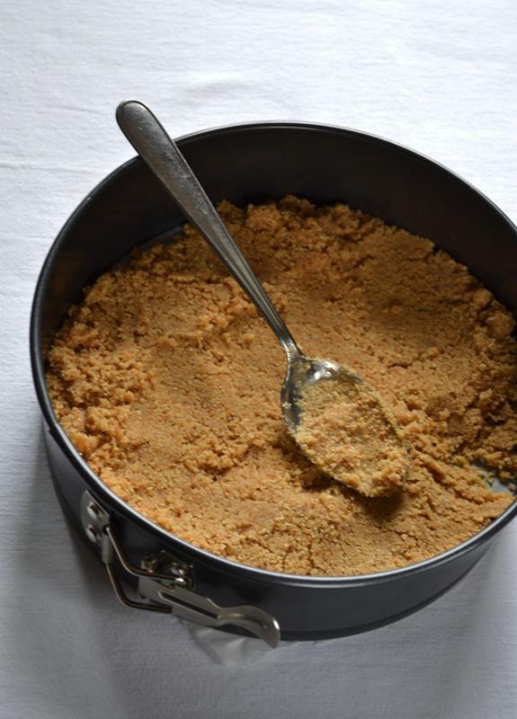 Versate in uno stampo a cerchio rimovibile (20 cm diametro) precedentemente foderato con carta forno. Pressate il fondo per livellarlo e compattarlo. Mettete in freezer per 15-20 minuti.