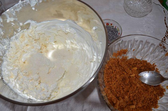 Prendere dei bicchieri: fare uno strato di biscotti tritati uno di mousse al cocco e gocce al cioccolato.