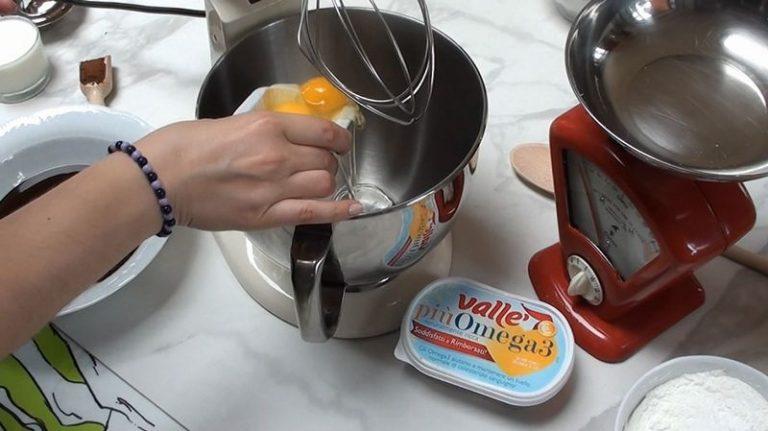 In una terrina unite tutte le farine con il lievito, cacao e vanillina. Mescolate bene.