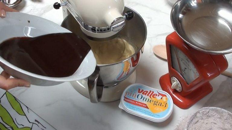 Unire all'uovo montato con lo zucchero la cioccolata fusa e non più calda. Amalgamare bene.