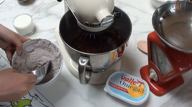 A questo punto unire alternativamente le farine setacciandole e il latte con lo yogurt.