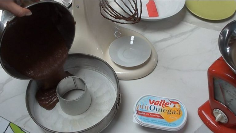 Potete decorare la torta ricoprendola di cioccolato fuso, fondente o al latte, e scorzette d'arancia