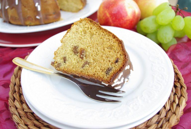 Controllare la cottura con lo stecchino, il colore scuro dell'impasto potrebbe imbrogliare.<br /> Sfornare e dopo 10 minuti togliere dallo stampo e mettere a raffreddare in una gratella.<br /> Una volta freddo spolverare di zucchero a velo oppure sciogliere a bagnomaria 150 gr di cioccolato bianco con un pezzetto di fondente e 5 cucchiai di latte. Colare sulla torta e cospargere con dello zucchero in granella.