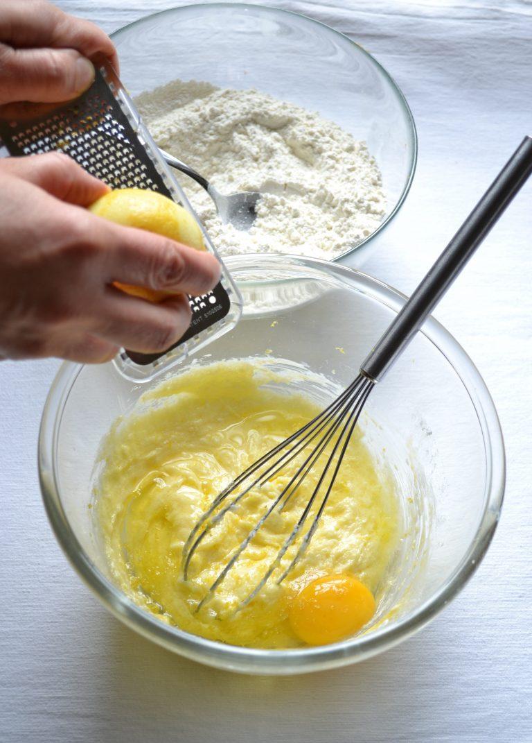 In un'altra ciotola, lavorate la Vallé con lo zucchero fino a ottenere una crema morbida, poi unite l'uovo, la scorza del limone e mescolate bene.