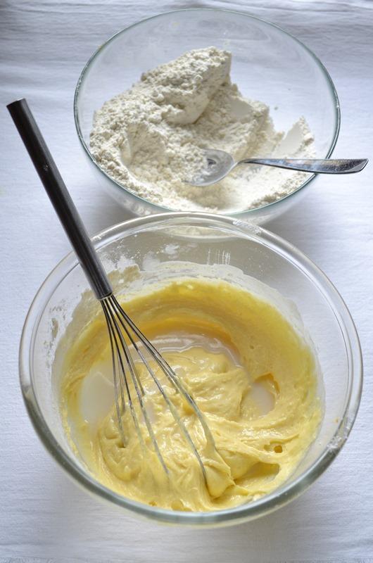 Incorporate la farina poca alla volta; quando il composto diventa asciutto, unite il latte di mandorla e procedete con la farina.