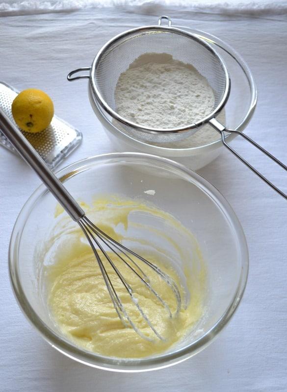 Mescolate farina e lievito e setacciate. Lavorate la Vallé con lo zucchero fino a ottenere una crema morbida.