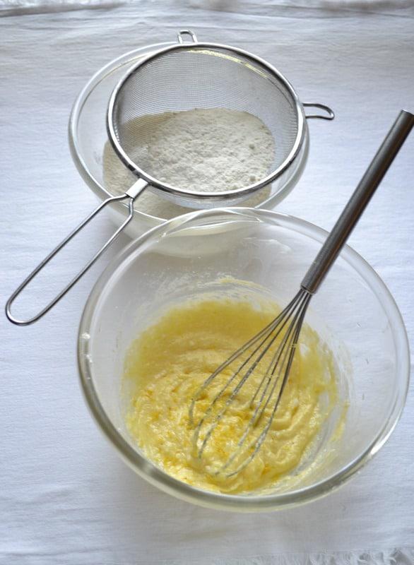 Unite l'uovo e le scorza grattugiata e amalgamate.