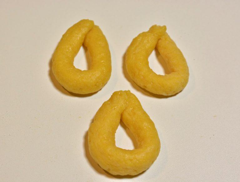 Staccate dal panetto dei pezzettini di pasta e formate dei rotolini grossi 7-8 mm e lunghi 10 circa, chiudeteli ad anello e tuffateli in olio caldo a 180°.