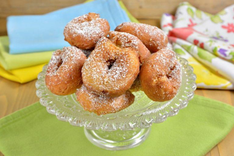 Cuocete le ciambelline rigirandole più volte poi scolatele su carta assorbente.<br /> Una volta fredde cospargete di zucchero a velo.
