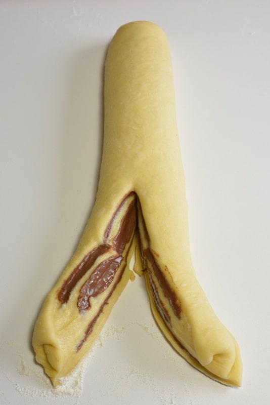 Allungate leggermente quindi dividete in due parti per il lungo tenendo la parte tagliata verso l'alto.