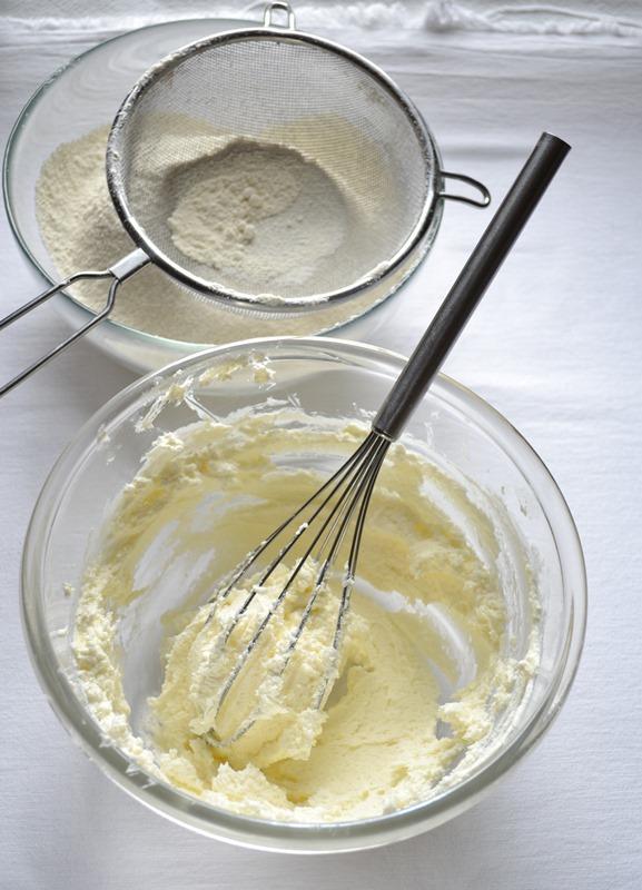 Accendete il forno a 180 gradi. ungete e infarinate uno stampo da ciambella decorata (diametro 24 cm). Mescolate farina e lievito, setacciate e mettete da parte. In un'altra ciotola, lavorate la Vallé con lo zucchero fino a ottenere una crema morbida. Unite il formaggio e amalgamate.