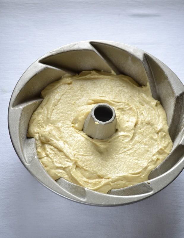Versate nello stampo e infornate per 45-50 minuti circa (fate la prova stecchino). Sformate sulla gratella e lasciate raffreddare.