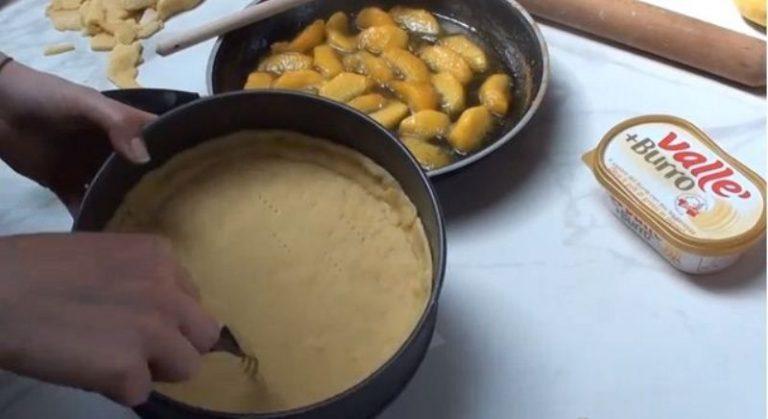 bucherello il fondo lo copro con carta da forno e ceci e metto in forno a 180 g per 5-10 minuti. Trascorso questo tempo tiro fuori la frolla, la libero da carta e legumi