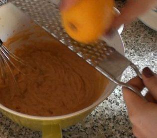 Crostata con crema di zucca e ricotta: aggiungere la buccia di limone