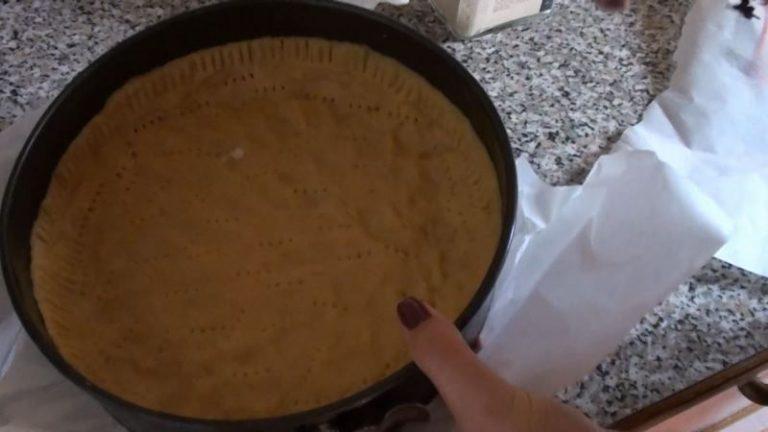 Crostata con crema di zucca e ricotta: disporre la frolla nella teglia