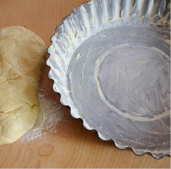 stendere la frolla e adagiarla nello stampo scelto. Cuocere il guscio a 180 ° per 15 minuti.