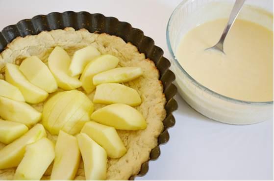 trascorso il tempo di cottura attendere 5 minuti. Farcire il guscio di frolla con le mele e versare sopra la crema <br />