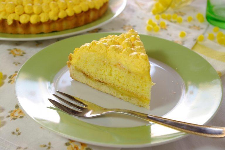Montate la panna con 2 cucchiaini di zucchero ed un po' di colore quindi ricoprite tutta la superficie formando dei pallini che sembrino i fiori della mimosa