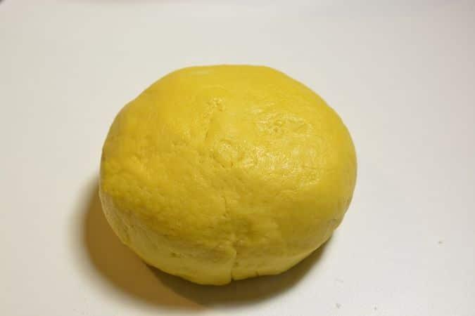 Crostoli al forno: lavorare l'impasto formando una palla