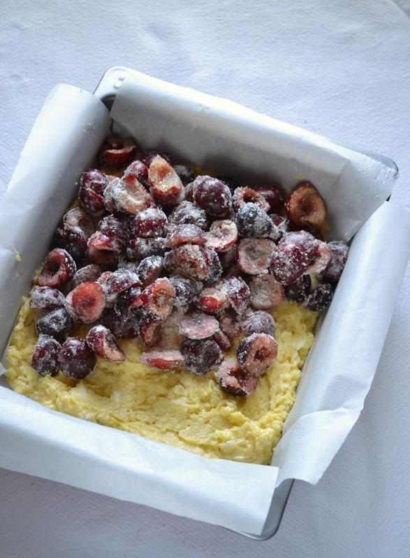 Versate l'impasto (che sarà più denso di un normale impasto da torta) sul fondo dello stampo e livellate con una spatola. Coprite con le ciliegie