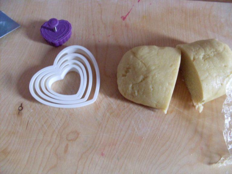 lavorare la pasta come una normale frolla: unire uova, zucchero e valle' fredda a fiocchi, miscelare le farine e l'aroma scelto (come la vaniglia). Mettere l'impasto a riposare in frigo per 2 ore
