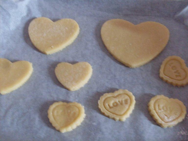 Stendere la pasta e con dei coppa pasta a forma di cuore e fare dei biscotti. Infornare a 190° per 10 minuti