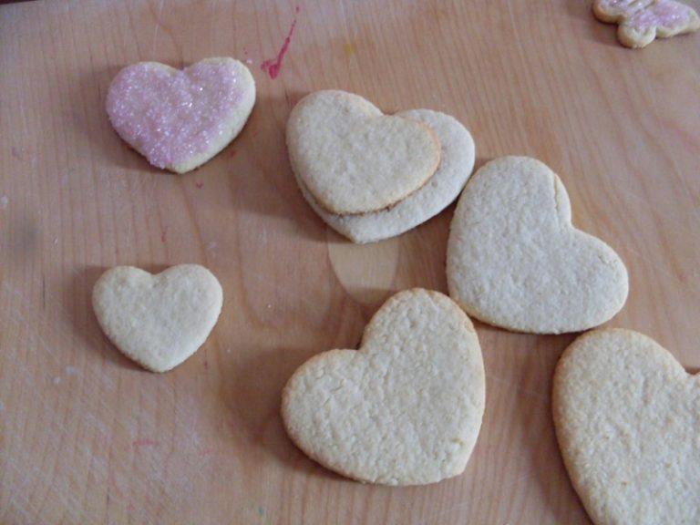 una volta freddi sciogliere il cioccolato bianco e spennellare i biscotti