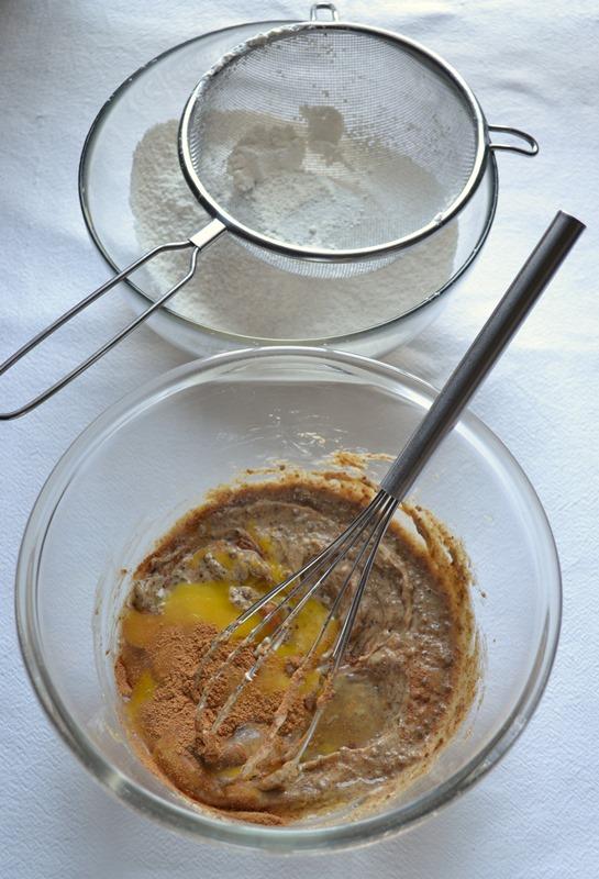 Accendete il forno a 180 gradi. Rivestite uno stampo da 12 muffins con pirottini di carta. Mescolate farina e lievito, setacciate e mettete da parte. In un'altra ciotola, lavorate la Vallé con lo zucchero di canna fino a ottenere una crema morbida e omogenea. Unite un uovo alla volta e mescolate bene tra uno e l'altro. Aggiungete vaniglia e cannella e amalgamate.