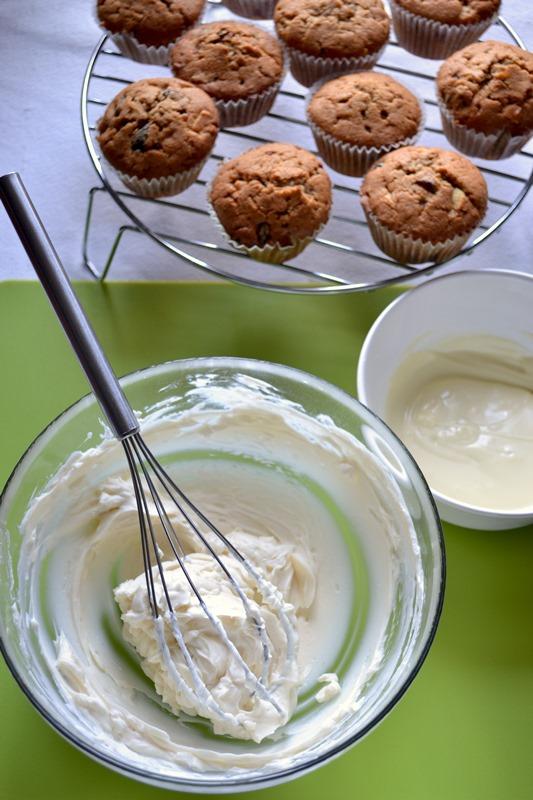 Quando i cupcakes sono freddi, si possono glassare. Spezzettate il cioccolato bianco e fatelo sciogliere a bagnomaria o nel microonde a bassa potenza. Lasciate raffreddare un pochino e, nel frattempo, frullate il Philadelphia con lo zucchero a velo fino a ottenere una crema morbidissima e omogenea. Unite ¾ del cioccolato bianco fuso (il resto servirà dopo) e mescolate bene.