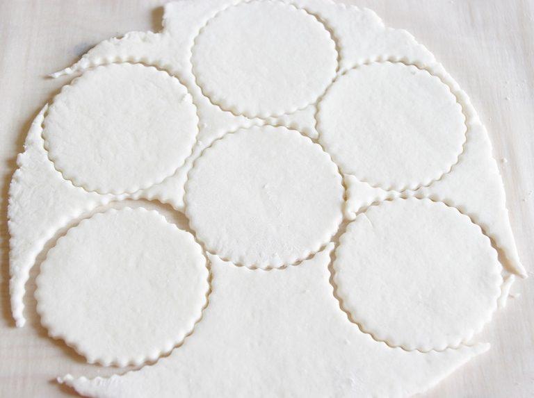 Per i fantasmini stendere della pasta bianca e tagliare dei dischi con uno stampino o un bicchiere