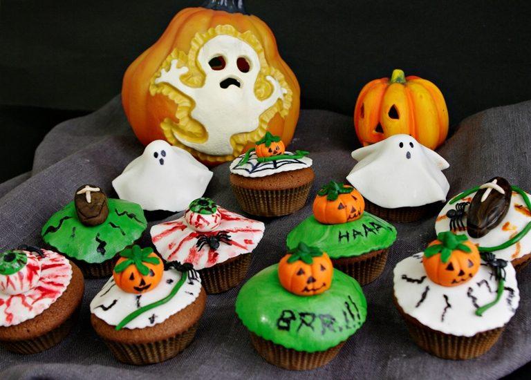 Lasciare asciugare queste decorazioni per almeno un giorno quindi metterli nei cupcakes sopra ad un altro disco colorato come base