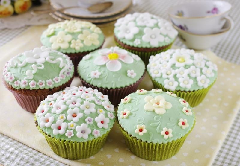 Cupcake fioriti al cacao e cioccolato bianco