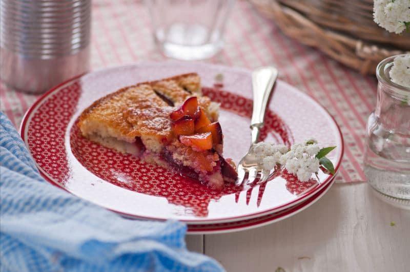 Torta di prugne caramellate