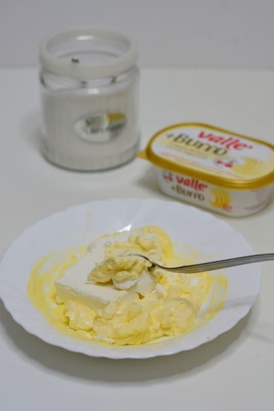 sciogliere Vallé a bagno maria e aggiungere il formaggio cremoso