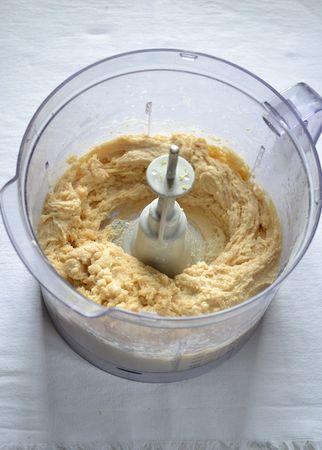 Unite il latte, l'uovo, lo zucchero, le mandorle e la scorza grattugiata e azionate ancora fino a ottenere un composto cremoso e omogeneo.