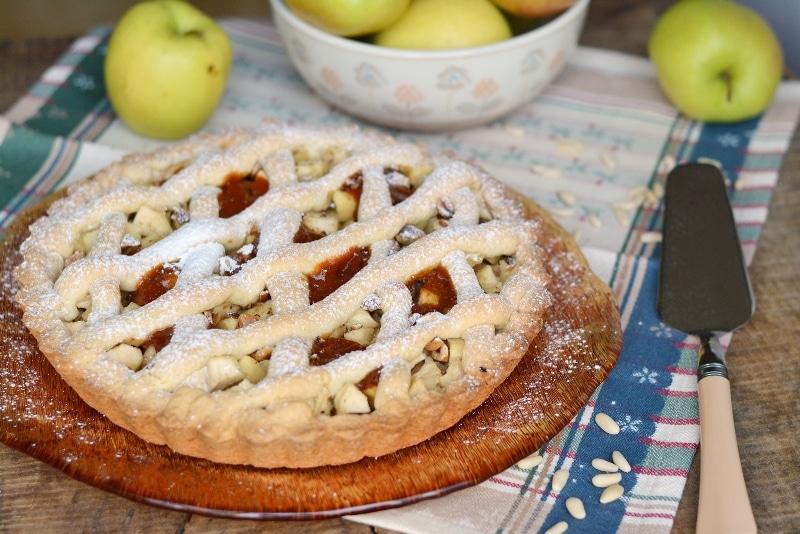 Crostata di mele con nocciole e pinoli