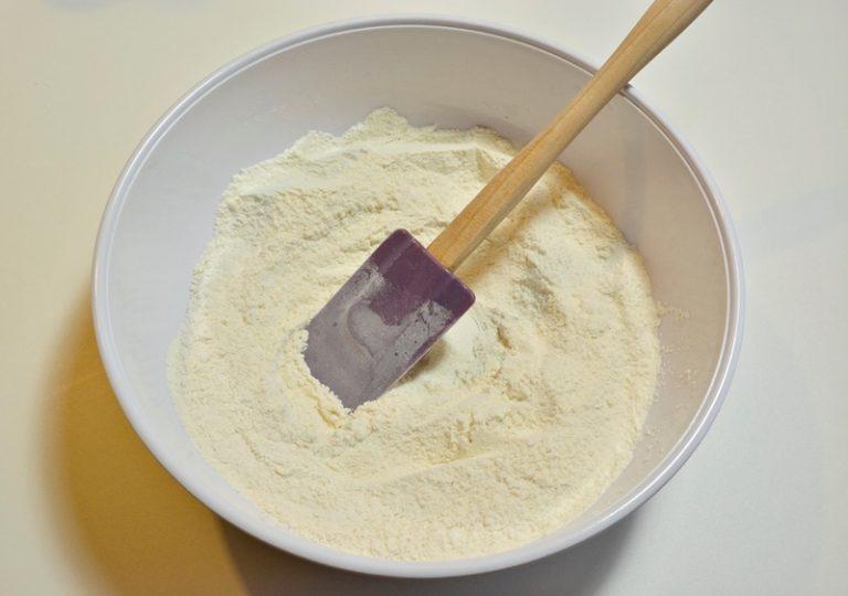 Setacciate la farina in una ciotola poi aggiungete lo zucchero, il sale e la scorza di limone.